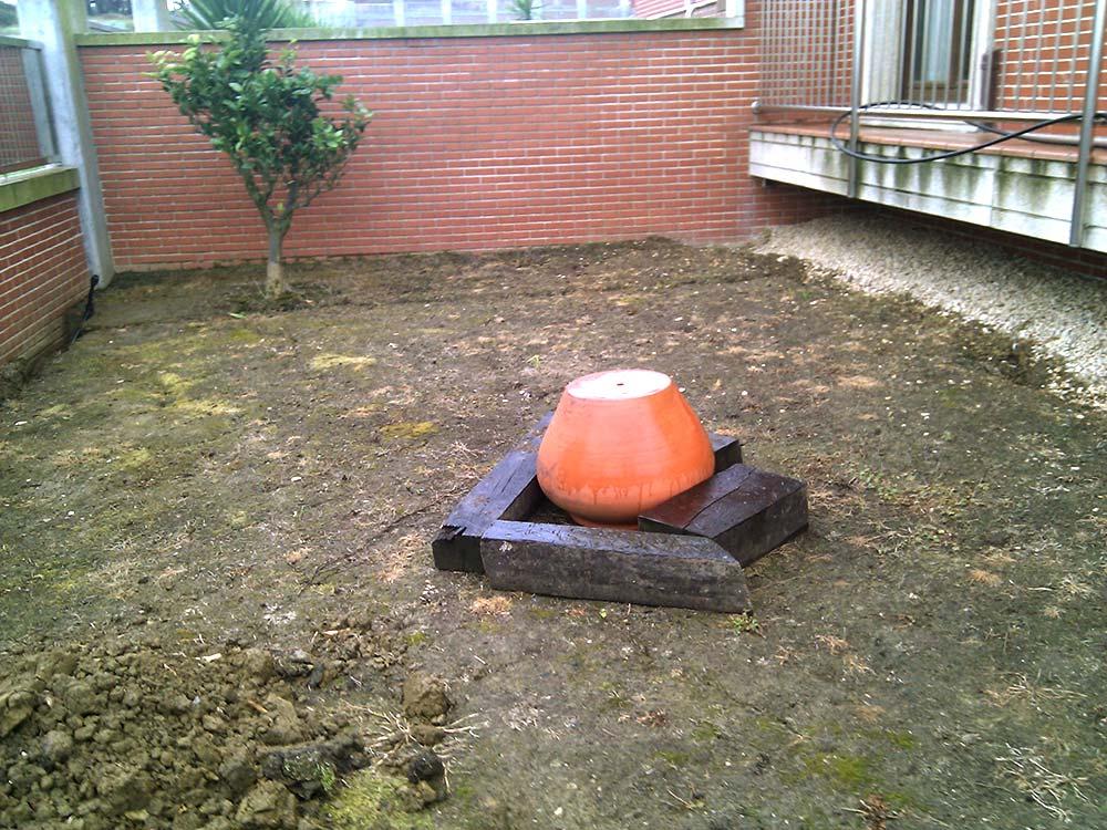 Instalación de césped artificial y tarima sintética Norcesped en jardín