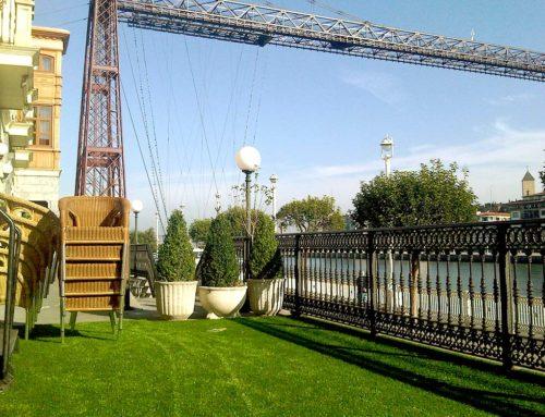 Césped artificial en terraza de Gran Hotel Puente Colgante