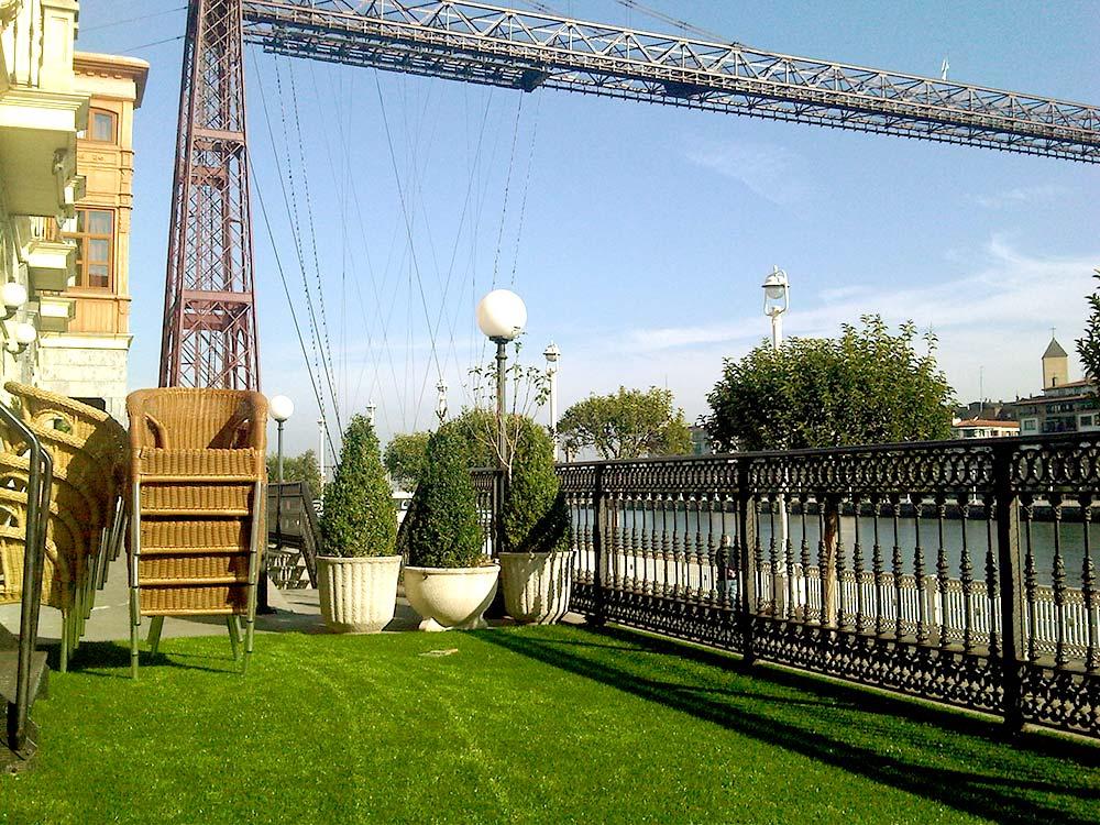 C sped artificial en terraza de gran hotel puente colgante - Cesped en terraza ...
