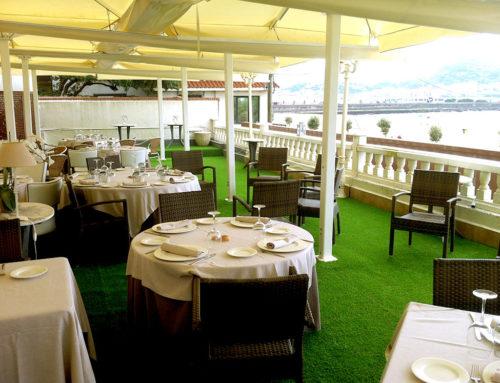 Césped artificial en terraza de Hotel Restaurante Los Tamarises