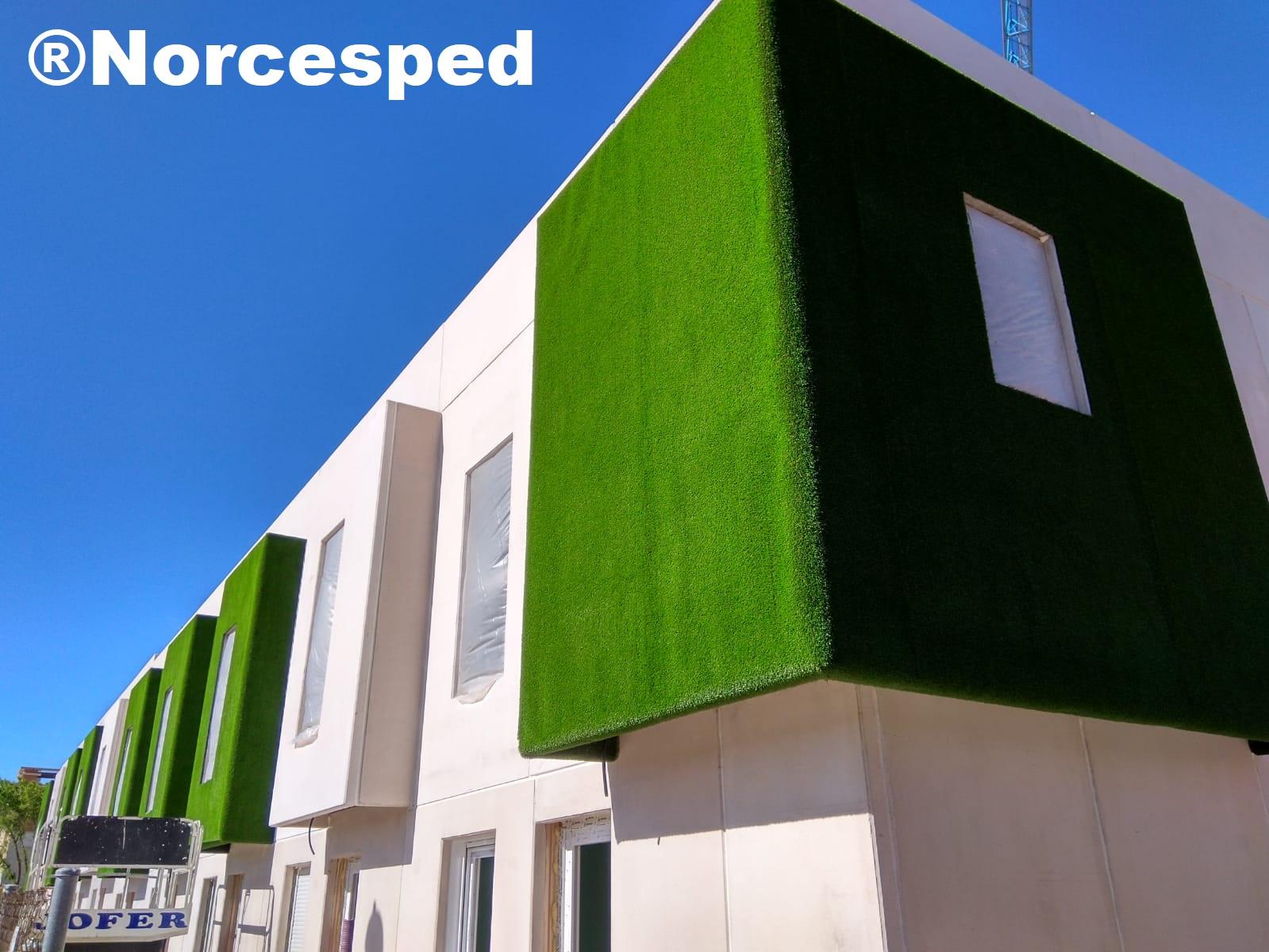 césped artificial en fachadas y paredes